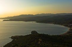 Zonsondergang bij Toroni-baai, luchtfoto vanaf de bovenkant van een heuvel, westkust van Sithonia stock foto