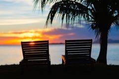 Zonsondergang bij tropische toevlucht Stock Afbeeldingen