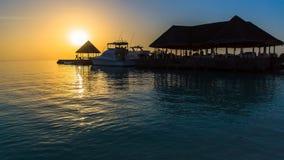Zonsondergang bij Vier Seizoenentoevlucht de Maldiven in Kuda Huraa Stock Afbeelding