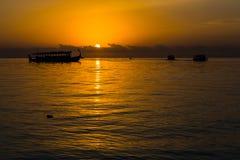 Zonsondergang bij Vier Seizoenentoevlucht de Maldiven in Kuda Huraa Stock Fotografie
