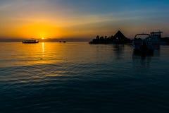 Zonsondergang bij Vier Seizoenentoevlucht de Maldiven in Kuda Huraa Royalty-vrije Stock Fotografie