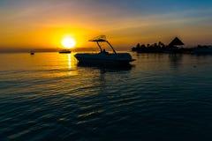 Zonsondergang bij Vier Seizoenentoevlucht de Maldiven in Kuda Huraa Royalty-vrije Stock Foto