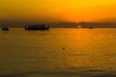 Zonsondergang bij Vier Seizoenentoevlucht de Maldiven in Kuda Huraa Stock Afbeeldingen