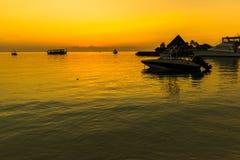 Zonsondergang bij Vier Seizoenentoevlucht de Maldiven in Kuda Huraa Stock Foto's