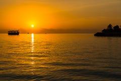 Zonsondergang bij Vier Seizoenentoevlucht de Maldiven in Kuda Huraa Royalty-vrije Stock Afbeeldingen