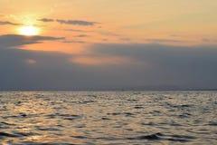Zonsondergang bij Vreedzame kusten Stock Afbeeldingen
