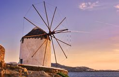 Zonsondergang bij windmolens van Mykonos Stock Foto's
