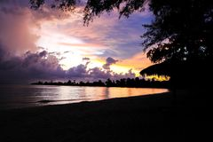 zonsondergang bij wit strand in koh kong provincie in koninkrijk van Kambodja dichtbij de grens van Thailand Stock Afbeeldingen