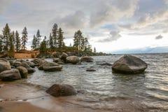 Zonsondergang bij Zandhaven op Meer Tahoe stock foto