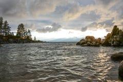 Zonsondergang bij Zandhaven op Meer Tahoe stock foto's
