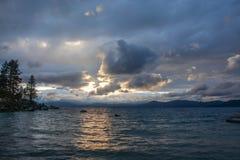 Zonsondergang bij Zandhaven op Meer Tahoe stock afbeeldingen