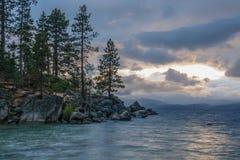 Zonsondergang bij Zandhaven op Meer Tahoe stock fotografie