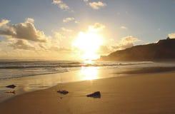Zonsondergang bij zandig strand stock afbeelding