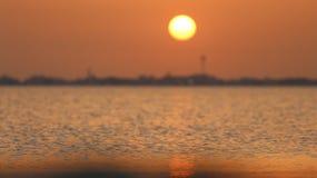 Zonsondergang bij zonsondergangstrand Stock Foto