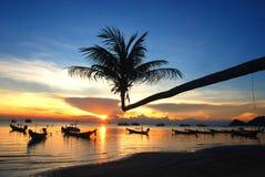Zonsondergang bij zuiden van Thailand stock foto