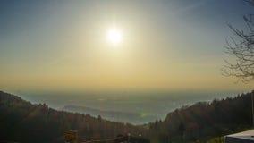 Zonsondergang bij zwarte bosheuvel stock afbeelding