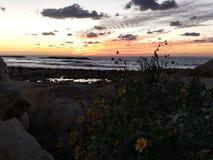Zonsondergang binnen aan het overzees stock foto