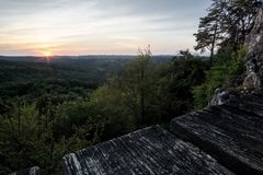 Zonsondergang, bos en houten weg stock foto