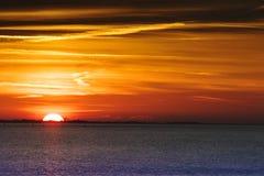 Zonsondergang boven валюшка het, море Wadden на заходе солнца стоковые фотографии rf