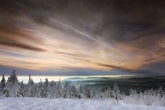 Zonsondergang boven bergen royalty-vrije stock afbeelding