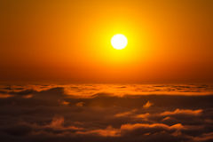 Zonsondergang boven de hemel Stock Afbeeldingen