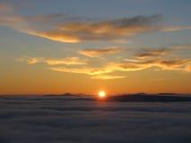Zonsondergang boven de wolken Royalty-vrije Stock Fotografie