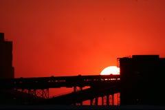 Zonsondergang boven fabriek een fabriek royalty-vrije stock afbeelding