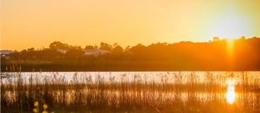 Zonsondergang boven het meer royalty-vrije stock foto