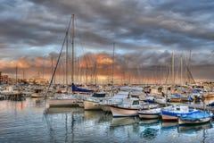 Zonsondergang boven jachthaven stock afbeeldingen