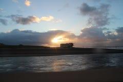 Zonsondergang boven overzees op het strand van Katwijk, Nederland wordt gezien dat Royalty-vrije Stock Foto