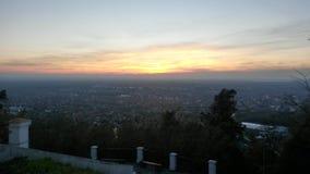 Zonsondergang boven stad van Vrsac stock foto's
