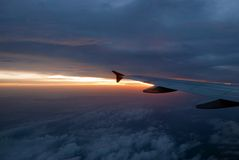 Zonsondergang boven wolk. Royalty-vrije Stock Foto's