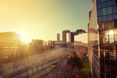 Zonsondergang in bureaugebouwen Stock Foto's
