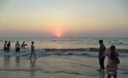Zonsondergang, Calangute-Strand, Goa, India stock foto