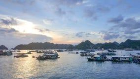 Zonsondergang in Cat Ba Bay - Vietnam stock foto's