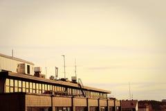 Zonsondergang in daken van stad stock afbeelding