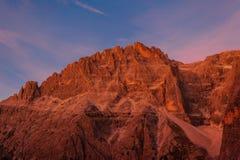 Zonsondergang dat mooie, spiersrijken, Dolomietpiek verlicht stock afbeeldingen