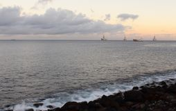 Zonsondergang in de baai van Gran Canaria stock foto's
