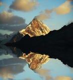 Zonsondergang in de berg stock foto's