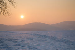 Zonsondergang in de bergen, de seizoenwinter Royalty-vrije Stock Foto