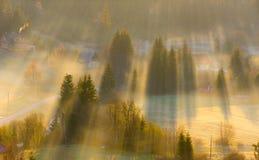 Zonsondergang in de bergen met stralen van licht en mist Royalty-vrije Stock Foto's