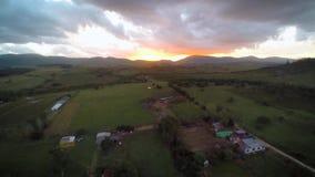 Zonsondergang in de bergen, de pastorale en de zonsondergang, satellietbeeldhommel, Amerika stock footage