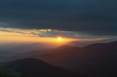 Zonsondergang in de bergen Reis naar de bergen Royalty-vrije Stock Foto's