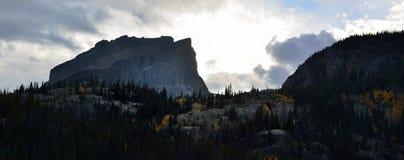 Zonsondergang in de bergen vóór het onweer in de herfst Stock Foto