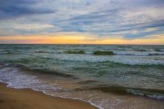 zonsondergang in de bewolkte hemel over het overzees stock afbeelding
