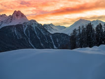 Zonsondergang in de de winterbergen Stock Foto
