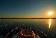 Zonsondergang in de Donau deltaroemenië Mooie blueishlichten in water Mooi zonsonderganglandschap van de Deltabiosfeer van Donau  stock foto