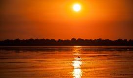 Zonsondergang in de Donau deltaroemenië Mooie blueishlichten in water Mooi zonsonderganglandschap van de Deltabiosfeer van Donau  royalty-vrije stock fotografie