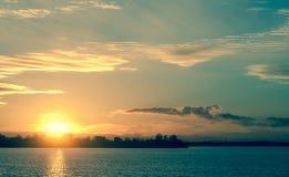 Zonsondergang in de donkerblauwe herfst, heldere geel, bruin, Royalty-vrije Stock Afbeeldingen