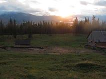 Zonsondergang in de Karpaten stock foto's